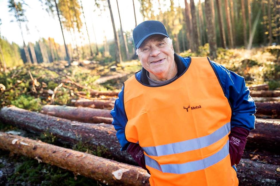 Teuvo Liljeqvistin takana siintää eri kasvuvaiheissa olevia metsikkökuvioita kuten siemenpuuhakkuuvaiheessa oleva kangas ja entiselle viljelysmaalle istutettu kuusikko, joka toimii myös suojatiheikkönä alueen eläimille kuten hirville ja peuroille.