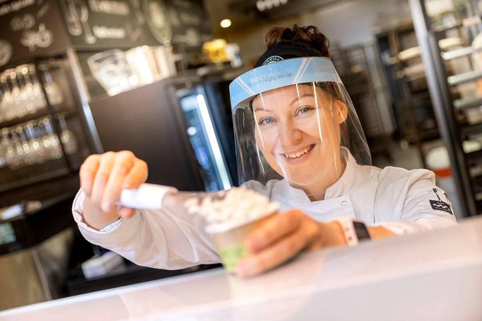 Vastuumyyjä Kaisa Blomster suosittelee järjestämään kotona gelatomaistiaiset. – Makustelkaa, kirjatkaa tuntemukset ylös ja pisteyttäkää. Puraiseeko pistaasi, lumoaako lime, vakuuttaako vadelma?