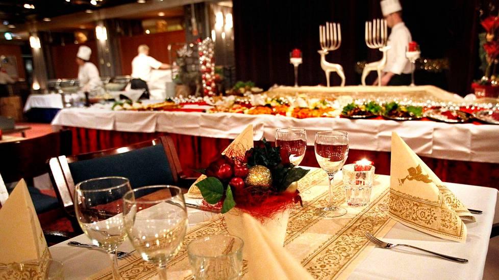 Korona on hiljentänyt pikkujoulujen vieton lähes kokonaan. Tänä vuonna työnantajat muistavat työntekijöitään joululounailla ja -lahjoilla.