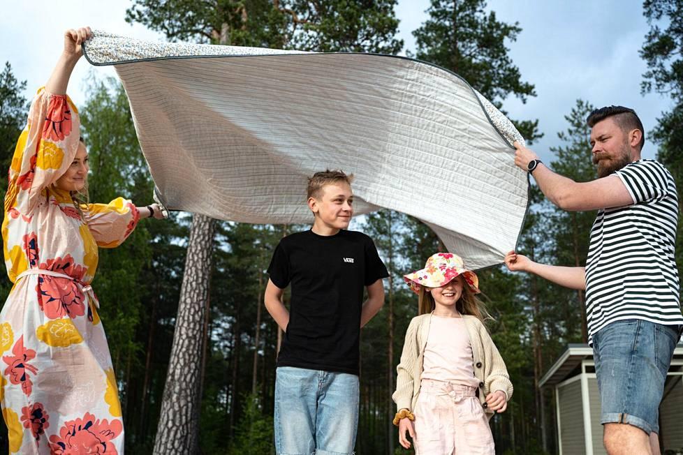 Kesähelteellä Emilia, Niilo, Klaara ja Timo Ruuskanen pakkaavat piknik-eväät ja lähtevät Kokemäen hienoimmalle hiekkarannalle. Rannalla on hurjimmille hyppytorni ja sporttaajille beach volley -kenttä.