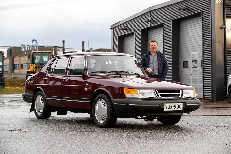 Jarno Saarinen on autoharrastaja, joka äskettäin osti tuliterässä kunnossa olevan Saab 900:n sen alkuperäiseltä omistajalta Unto Ylitalolta.