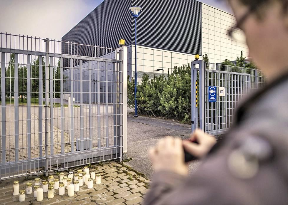 Nokialaiset sytyttivät muistokynttilöitä Nokian Salon tehtaan porteille vuonna 2012 ennen irtisanomislappujen jakamisen alkamista.
