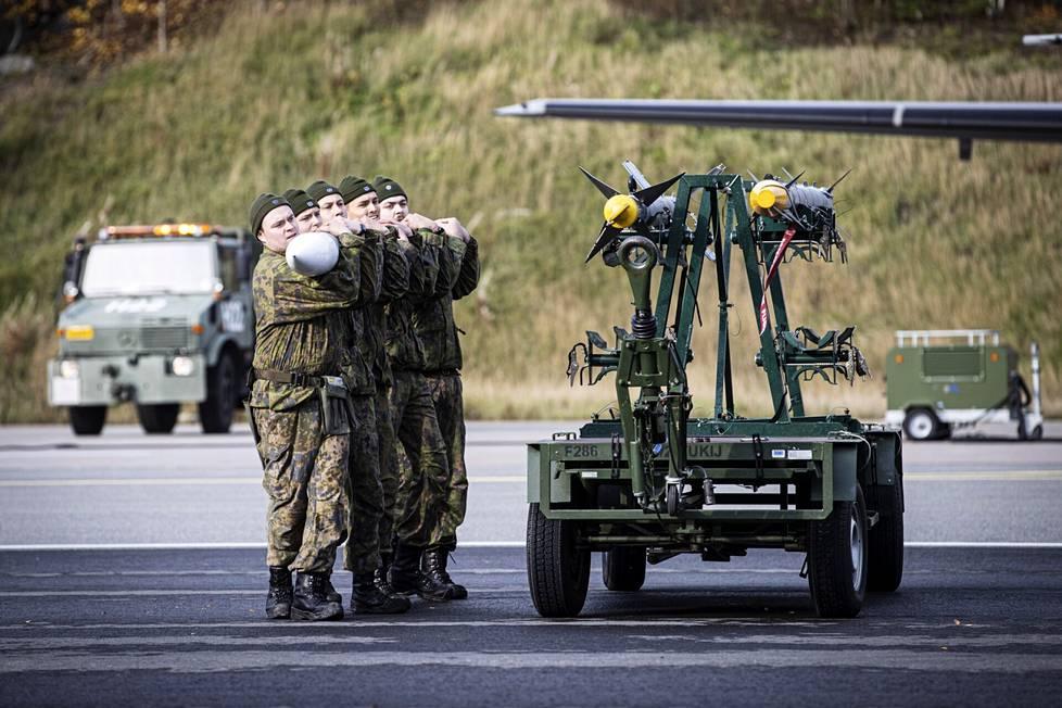 Ilmavoimien Ruska 21 -harjoitus on käynnissä Satakunnan lennoston Pirkkalan tukikohdassa. Hornetiin tulevan 160 kilon painoisen tutkaohjuksen kantamiseen tarvitaan viisi henkilöä.