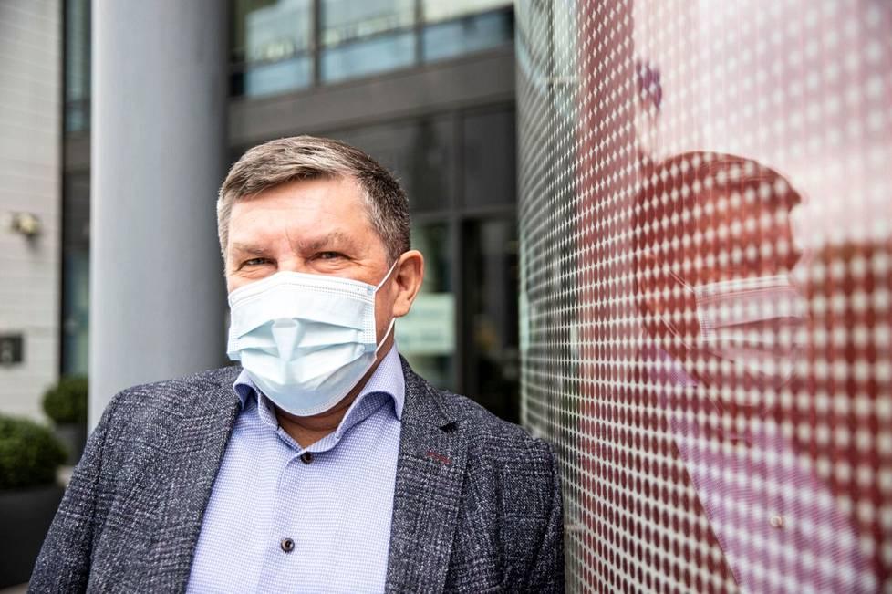 Johtajaylilääkäri Juhani Sand kehottaa jaksamaan rajoituksia vielä kuukauden tai puolitoista, sillä uusi normaali on jo lähellä.