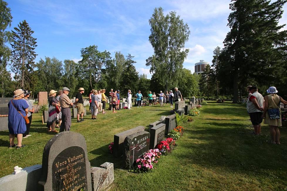 Valkeakosken hautausmaan historia sekä hautausmaalle haudatut paikalliset merkkihenkilöt sekä heidän vaikutuksensa kaupungin kehitykseen kiinnostavan kuulijoita vuodesta toiseen. Kesän ensimmäiselle hautausmaakierrokselle osallistui noin 30 henkilöä.