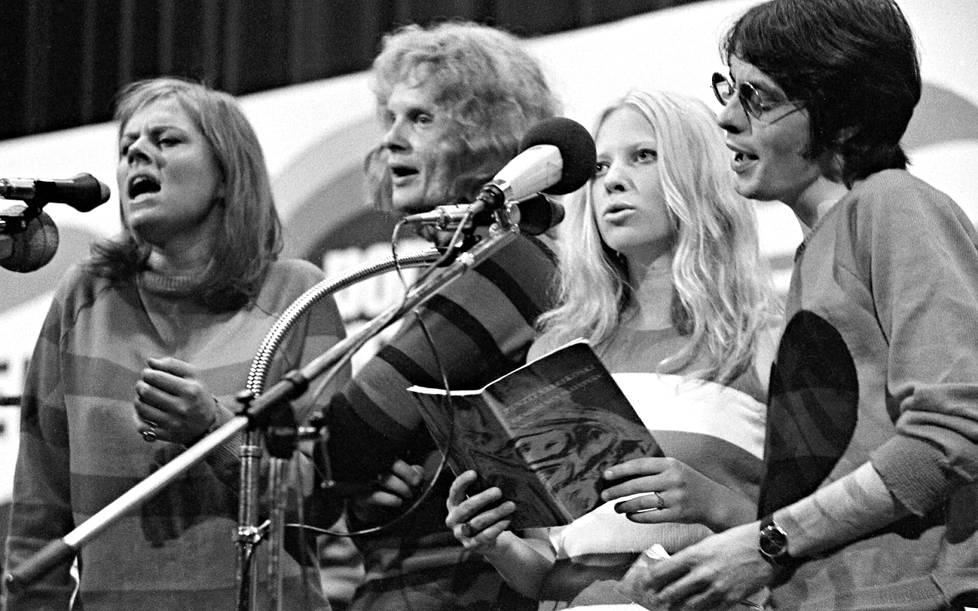 """En soisi sen päättyvän. Arja Saijonmaa, Pepe Willberg, Tarleena Sammalkorpi ja Jim Pembroke tulkitsivat Pentti Saarikoskea Pori Jazzissa kesällä 1969. Nyt Willberg palaa """"rikospaikalle""""."""