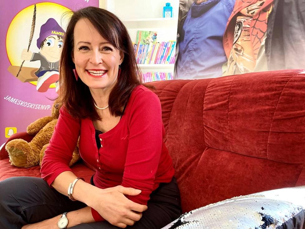 Nuorisolääkäri Elina Hermanson muistuttaa lapsiensa kasvatuksesta huolestuneita aikuisia pohtimaan myös omaa lapselleen antamaa esimerkkiään.