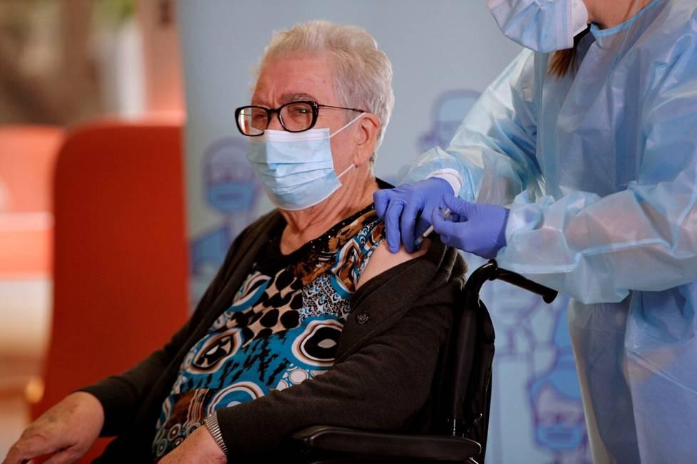 89-vuotias Josefa Perez sai koronarokotteen sunnuntaina hoivakodissa Barcelonassa. Hän oli ensimmäinen Kataloniassa rokotettu.