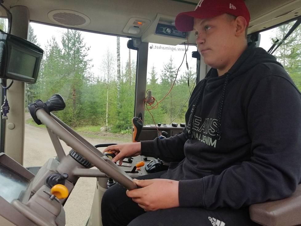 Metsäojan Highland -ylämaankarjatilan tuleva isäntä Mico Palomäki käsittelee traktoria ammattimaisin ottein.