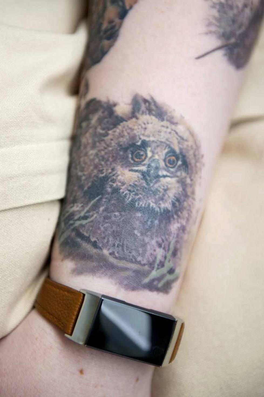 Sannin käsivarteen on tatuoitu useita pöllöjä. Tämä on tatuoinneista rakkain.