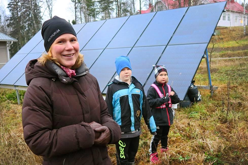 Mari Alanen kehuu Nokian Sarkolan maisemia, joissa asukkaiden on hyvin luonteva sisäistää ympäristö- ja ilmastoasiat. Kuvassa ovat myös lapset Vilho ja Elsa.