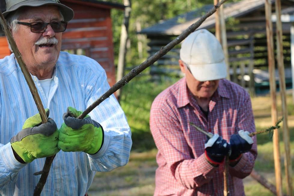 Pentti Rantanen näyttää miten vitas halkaistaan ja Matti Niemelä tekee perässä.
