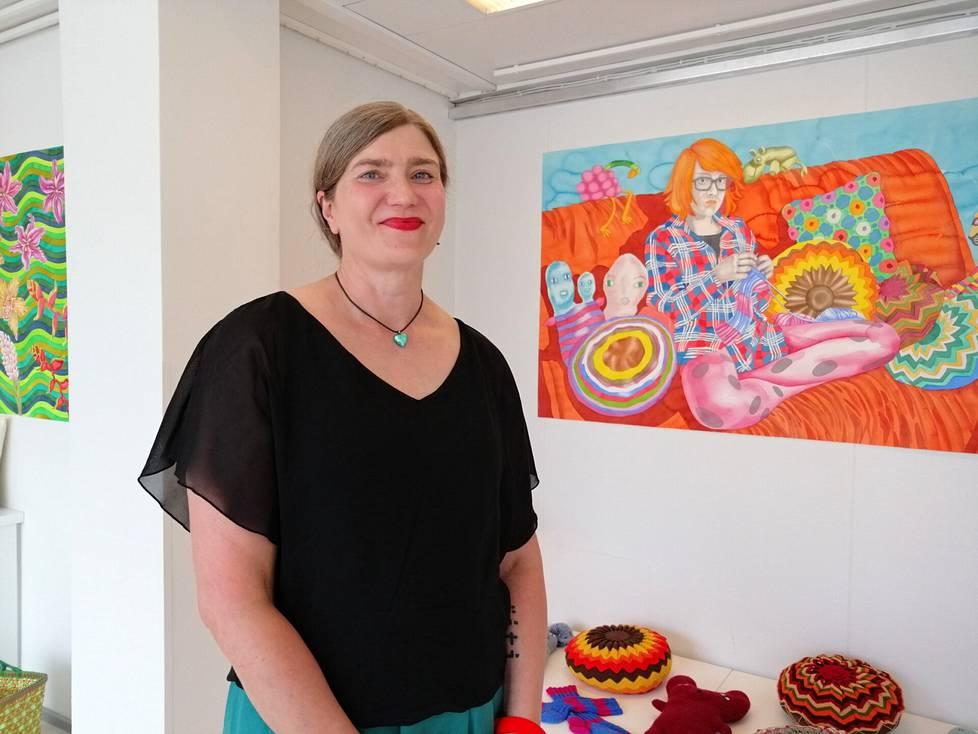 Pirjetta Branderin kesänäyttelyn avajaiset pidettiin livelähetyksenä Taitokeskuksen Facebook-sivulla viime viikolla. Taustalla teos Punainen Ursula, johon on tyttären muotokuvan lisäksi maalattu teoksen alla olevia esineitä.