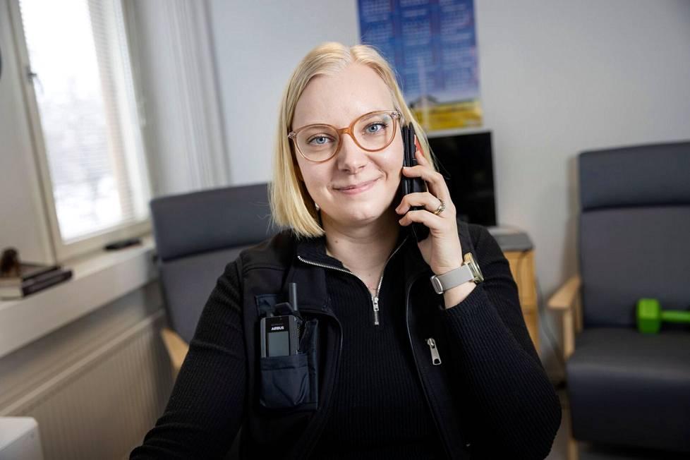 Maakunnan tilannekeskuksen sosiaalipäivystäjä Maria Starck on saanut puhelimitse kopin kuvitteellisesta mummon tapauksesta. Mummo pitää voinnin heikkenemisen ja asuntonsa olojen vuoksi hätäsijoittaa tehostetun palveluasumisen yksikköön. Sen järjestää Starck.