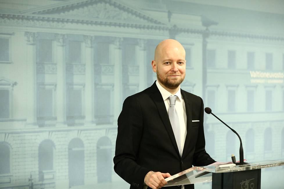 Vasemmistoliiton opetusministeri Jussi Saramosta tulee myös hallituksen johtoviisikon jäsen. Viisikko tekee vielä ennen vuoden loppua päätöksiä muun muassa yli 55-vuotiaiden työllistämistoimista.
