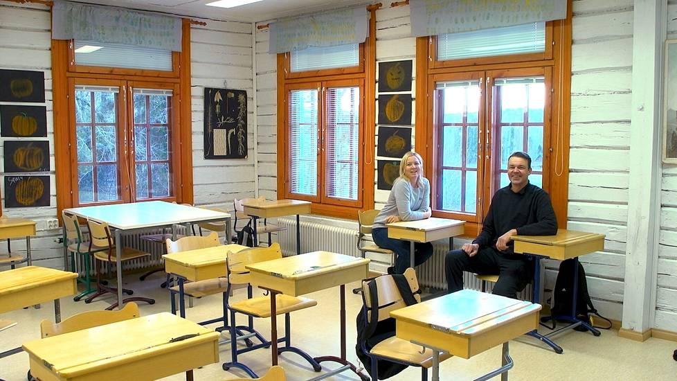 Minna Mäkinen ja Teemu Lehtimäki palasivat Taivalkunnan koululle kertaamaan työuriensa alkua.
