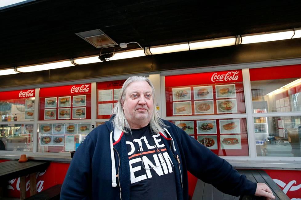 """Harri """"Happe"""" Tuominen on ollut yrittäjänä Maxi-Burger & Kebabissa puolitoista vuotta. Aika ei ole ollut kovin helppo yrittäjille."""