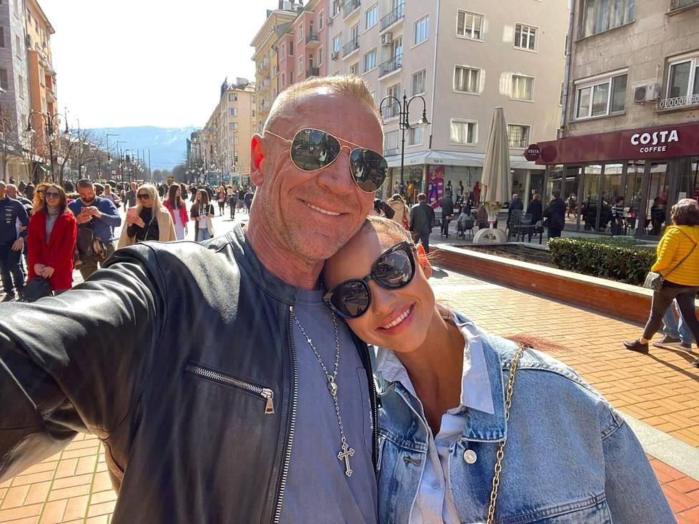 Elokuvaohjaaja Renny Harlin ja porilainen Johanna Kokkila alkoivat seurustella viime syksynä. Nyt pari on jo kihloissa ja Kokkila muuttanut sukunimensä Harliniksi. Pariskunta asuu yhdessä Bulgariassa Sofian kaupungissa.