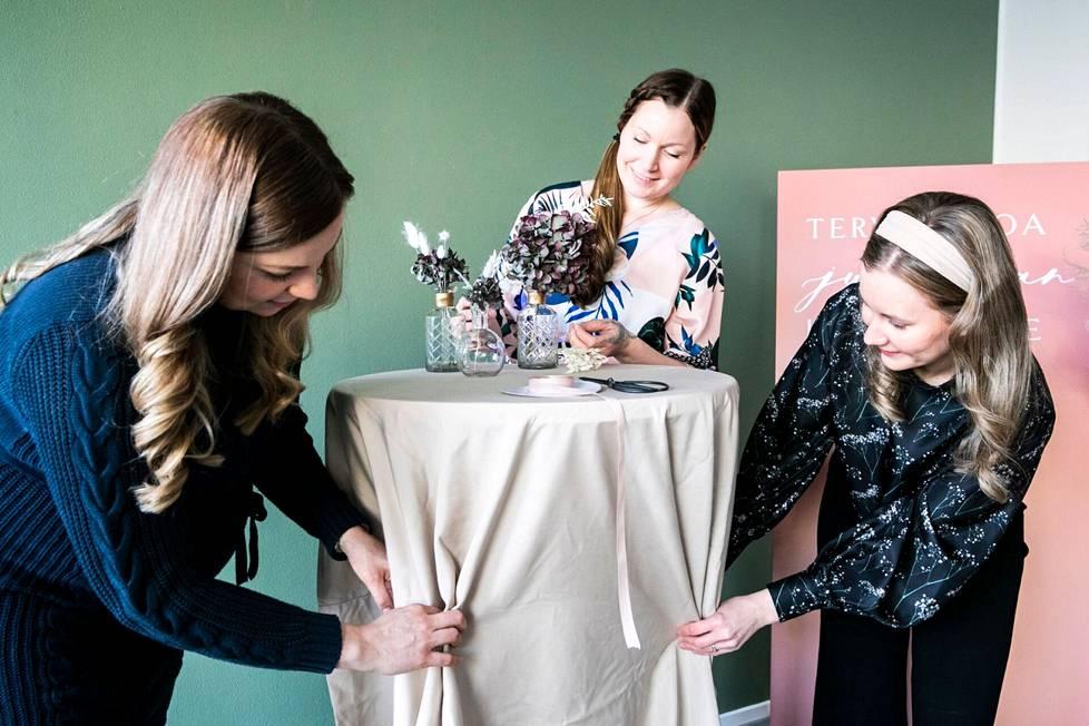 MEventin yrittäjäkaksikko Hannele Halme (oik.) ja Jenni Koivula (vas.) sekä floristi-työntekijä Heini Vainikkala. Mevent järjestää yritysjuhlia sekä yksityistilaisuuksia, kuten häitä ja syntymäpäiväjuhlia. Koronapandemia vei yritysjuhlat, mutta tuleva kesäsesonki ja vuosi 2022 on jo hyvin varattua. Juhlien visuaalisessa ilmeessä kukat ovat tärkeässä roolissa.