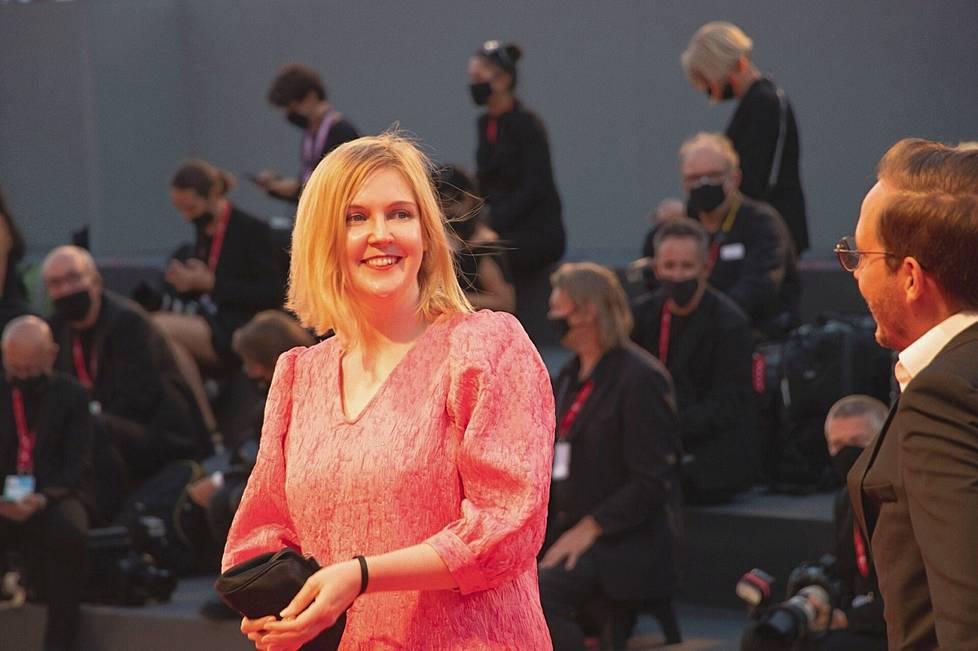 Hannaleena Haurun draamakomedia Fucking With Nobody sai ensi-iltansa syyskuussa Venetsian elokuvajuhlilla. Hauru jännitti etukäteen, avautuuko sen huumori Suomen ulkopuolella, mutta runsaasti nauranut yleisö osoitti huolen turhaksi.