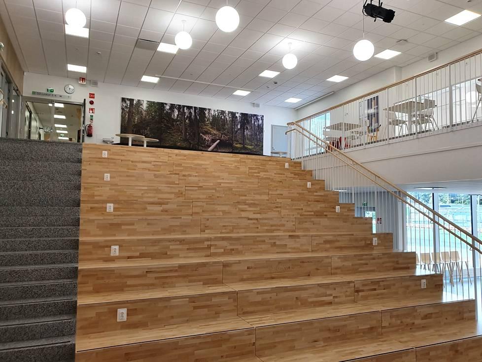 Leveät portaat yhdistävät koulun keskellä kaksi kerrosta. Portailla voi sekä oppia että seurata näyttämön tapahtumia.