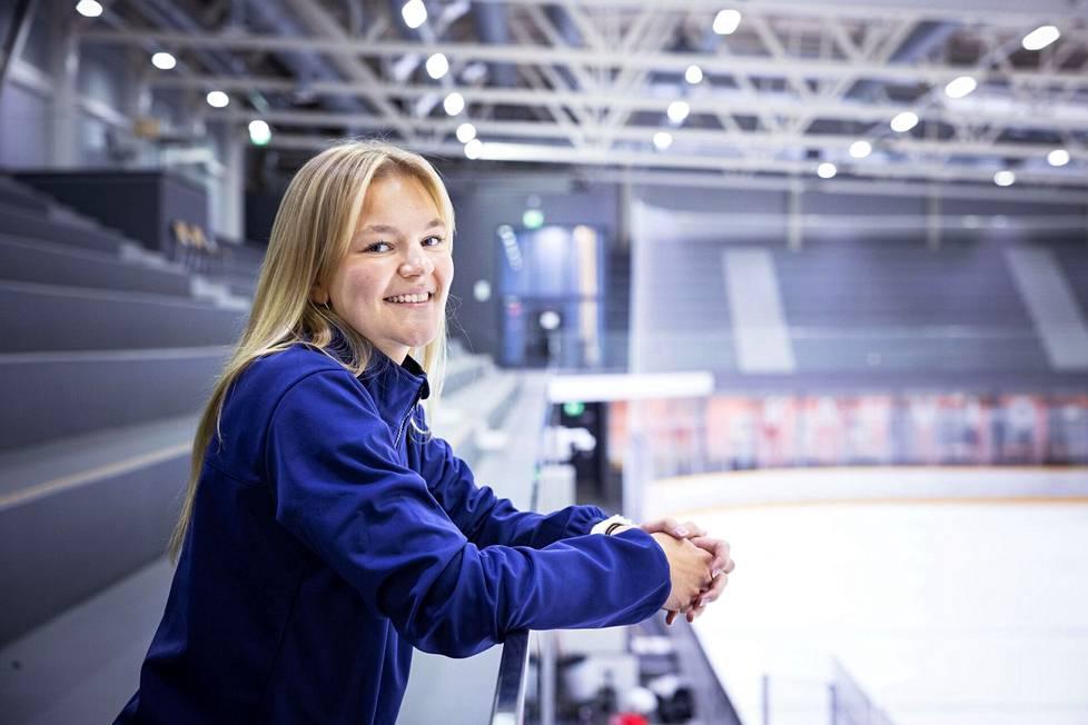 Panelialaislähtöinen Anniina Nurmi asuu ja työskentelee nykyään Tampereella, jossa viheltää Ilveksen pelejä naisten Liigassa. Pelipaikkana toimii Tesoman jäähalli.