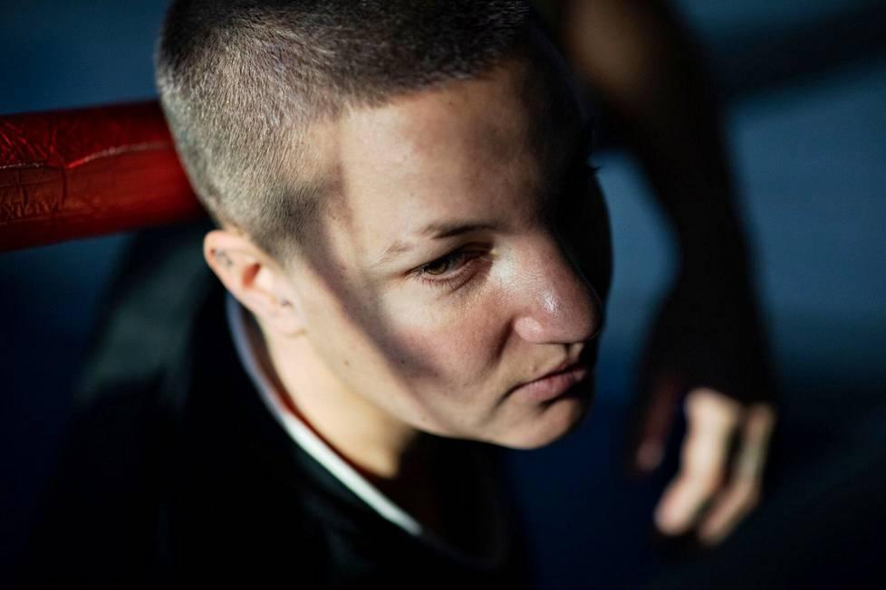 Elina Gustafsson lopetti nyrkkeilyuransa marraskuussa 2020, puoli vuotta ennen viimeisiä Tokion olympiakarsintoja.