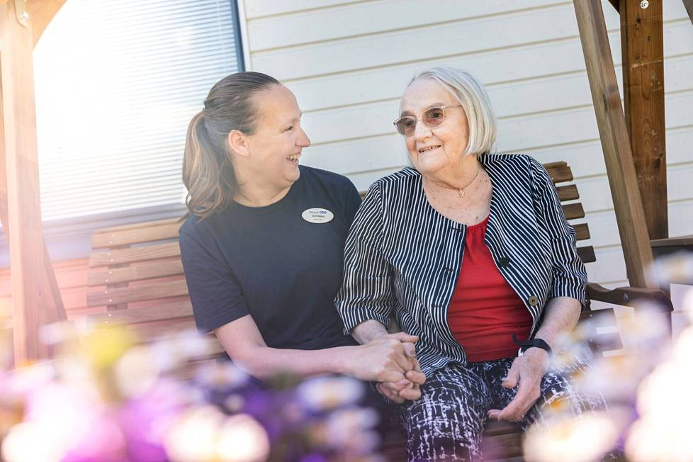 Lämpöä ja läheisyyttä. Johanna Laine ja Mirja Nikkonen istahtivat puutarhakeinun varjoon juttelemaan mukavia.