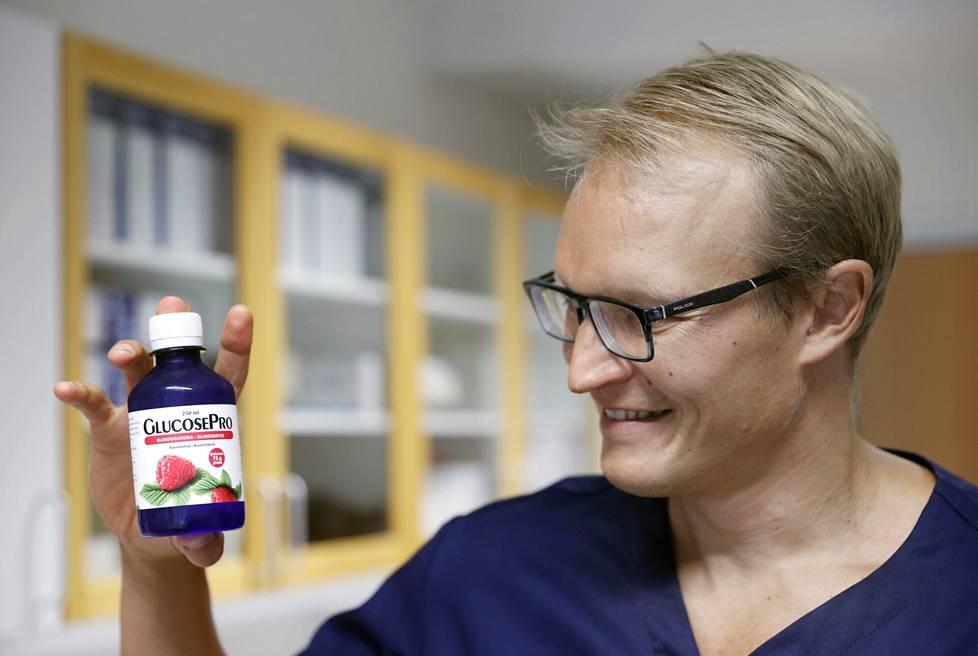 Osana diabetesta selvittävää sokerirasituskoetta ihmisen on juotava pullollinen glukoosijuomaa. Eurajoen terveyskeskuslääkäri Simo Rehunen ihmettelee väitöskirjassaan, miksi jokaisen on juotava kokeessa sama määrä, oli testattava minkä kokoinen tahansa.