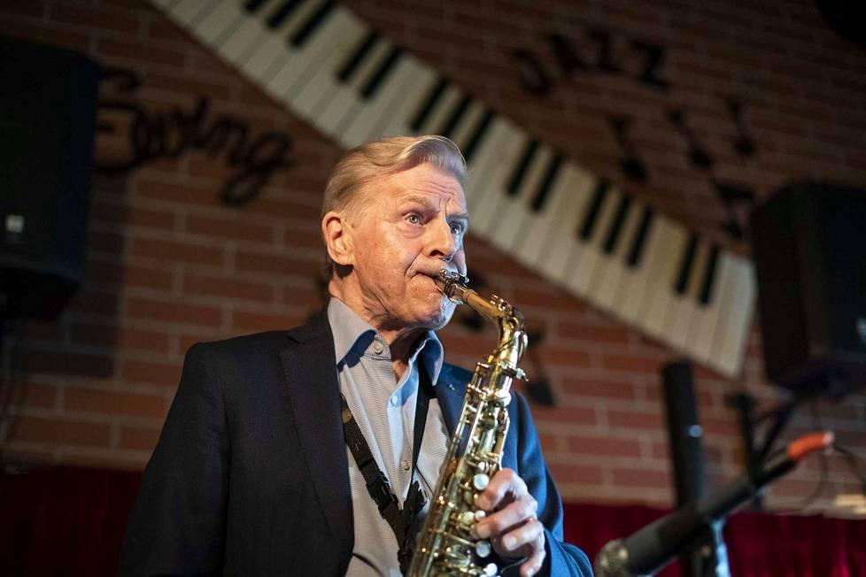 Heikki Nikusen saksofonisoolo on puhdasta energiaa ja taitoa. Paapan kapakassa yleisö innostuu tanssimaan siitä pöytien keskelle parikymppisistä eläkeläisiin asti.