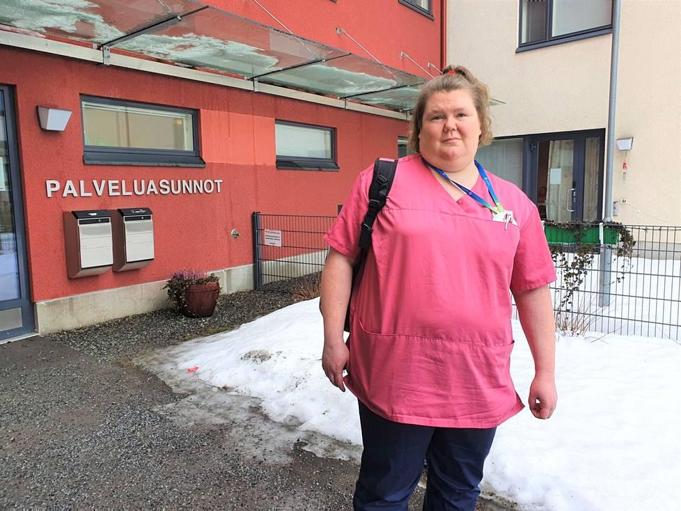 Heidi Ahonen opiskeli hoiva-avustajaksi Marjatta-säätiöllä hoivakoti Wäinämöisessä. Perjantaina oli tärkeä päivä: hän valmistui haaveidensa alalle. Todistuksen hän saa käteensä hiukan tuonnempana.