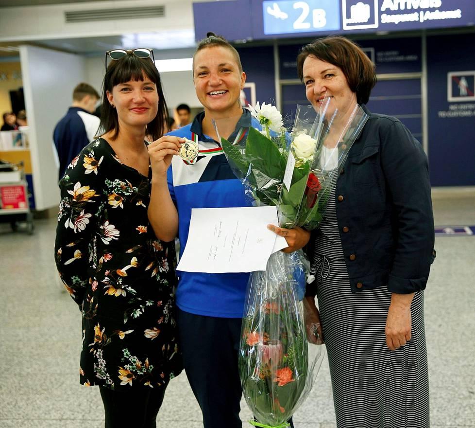 Äiti ja sisko olivat Euroopan mestari Elina Gustafssonia vastassa lentokentällä vuonna 2018.