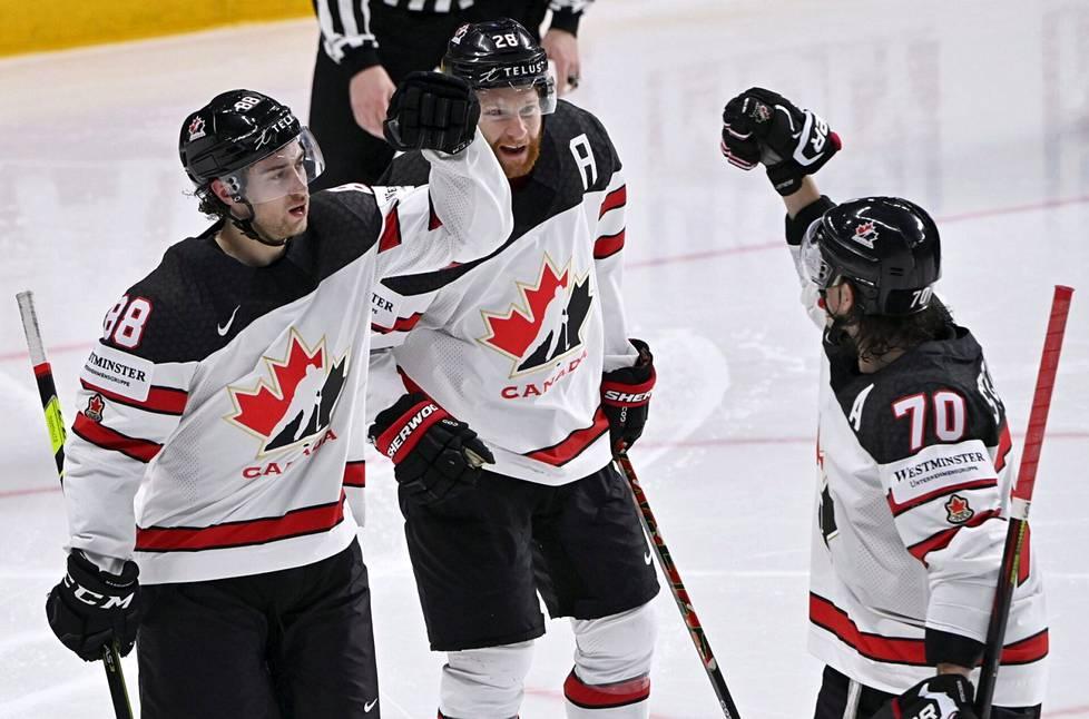 Kanadan Andrew Mangiapane (vas.) juhlii Connor Brownin ja Troy Stecherin kanssa Mangiapanen tekemää 3-1-maalia.
