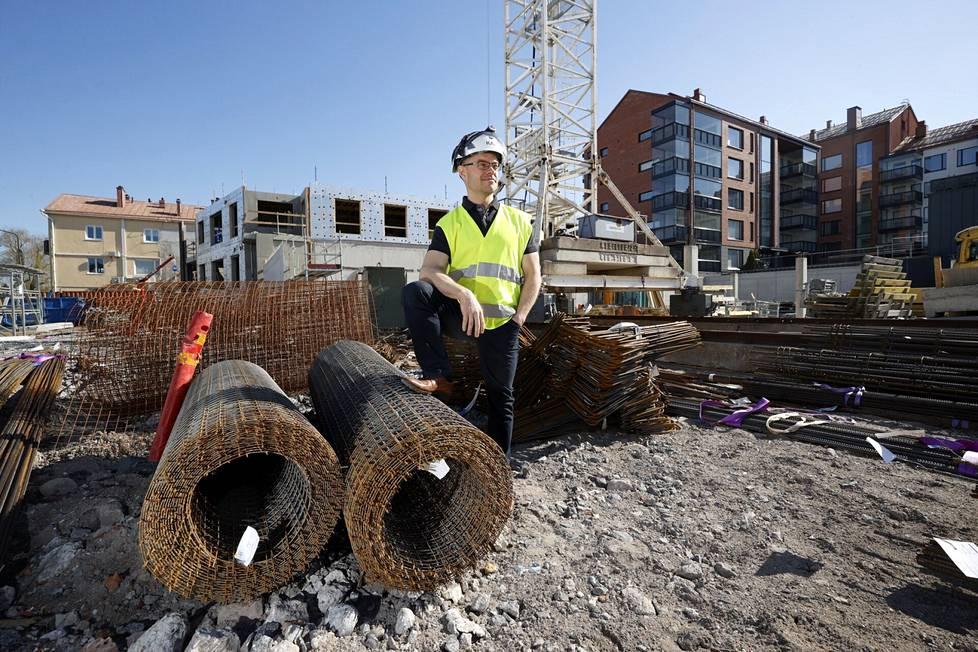 Rakentaminen on kallistunut tämän vuoden aikana huomattavasti, sillä esimerkiksi puu- ja teräselementtien hinta on noussut alkuvuoden aikana peräti 40 prosenttia. Myös rakennusmateriaaleista uhkaa tulla valtava pula. Porin Karhukorttelissa jatkuu edelleen MVR-Yhtymän rakennustyöt ja toiseksi rakennustarvikkeita on ollut riittänyt, kertoo MVR:n toimitusjohtaja Rami Viitasaari. Loppuvuonna tilanne voi olla toinen monilla työmailla.