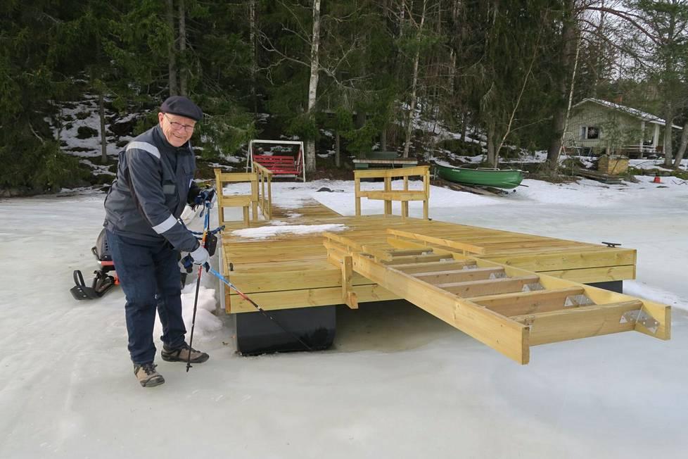 Laiturin alle syntynyt mikroilmasto ja isot ponttonit pitävät laiturin irrallaan jäästä, Veikko Salli esittelee.