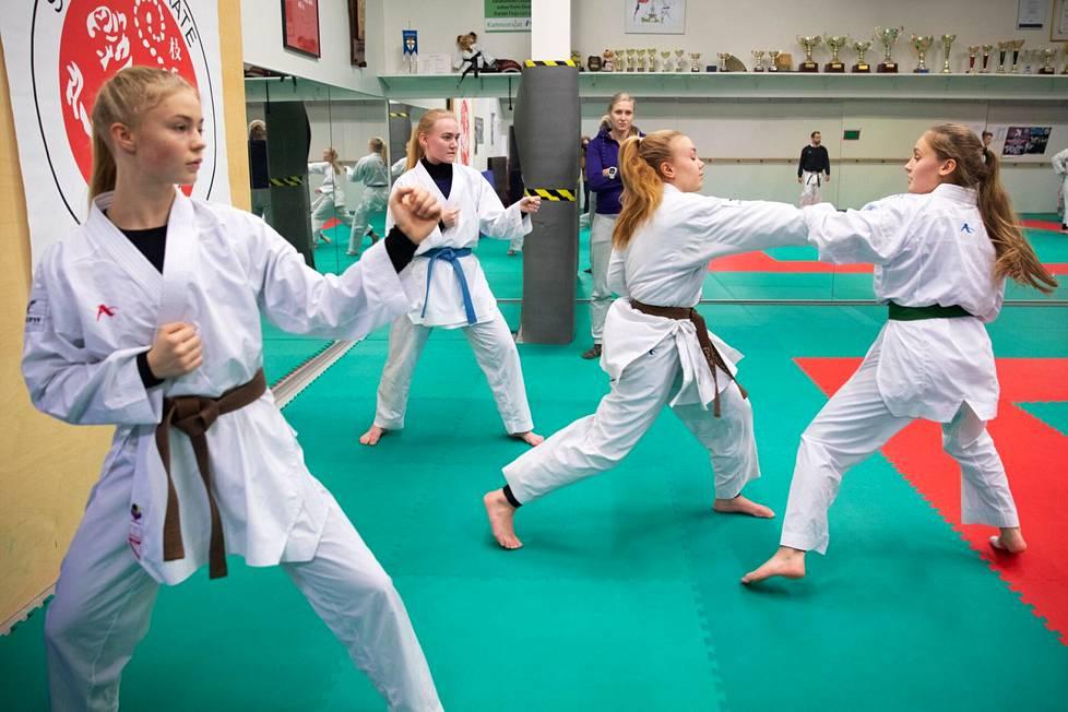Porilaiskaratekat Venla Karttunen (toinen oikealta) ja Mevlüde Sargin (oik.) edustavat Porin Shotokania karaten nuorten EM-kisoissa Tampereella elokuussa. Arkistokuva kolmen vuoden takaa.