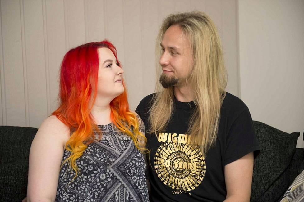 Sanni harjoittelee puhumista kumppaninsa Niko Karjalaisen kanssa.