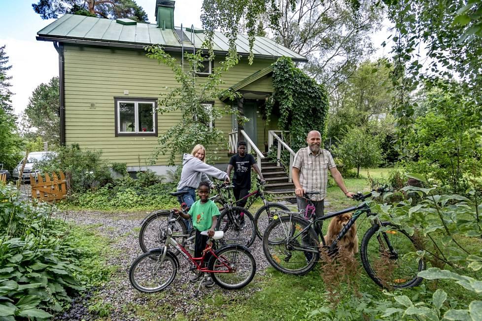 Viisihenkisessä Marjamaan perheessä käytetään autoa ja moottoripyörää, mutta työ- ja koulumatkat sujuvat nykyään enimmäkseen polkupyörillä ja julkisella liikenteellä. Kuvassa lapset Venny, Felix ja Aarre, Jani-isä sekä Max-koira.