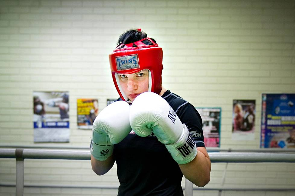 Nuori porilaislupaus valmistautumassa vuoden 2013 SM-kisoihin. Niistä Elina Gustafsson voittaa ensimmäisen Suomen mestaruutensa.