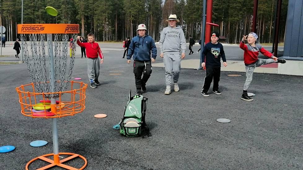 Frisbeegolfseura DG Rollersin lauantaiseen tutustumispäivään osallistui lähes 30 lasta ja nuorta Mänttä-Vilppulasta ja kaupungin lähikunnista, jopa Tampereelta.