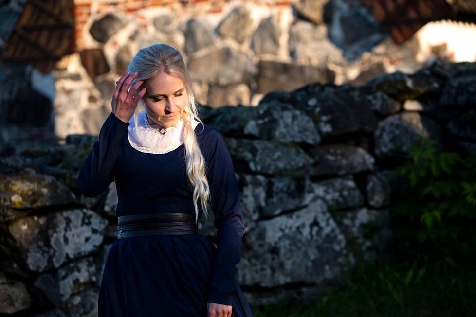 Nokialaiskirjailija Johanna Valkama Tyrvään Pyhän Olavin kirkolla Sastamalassa. Hän haluaa aina tutustua etukäteen henkilökohtaisesti paikkoihin, joihin hänen kirjojensa tapahtumat sijoittuvat.