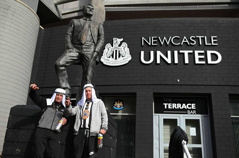 Newcastlen kannattajat poseerasivat seuran entisen managerin Bobby Robsonin patsaan edessä perjantaina.