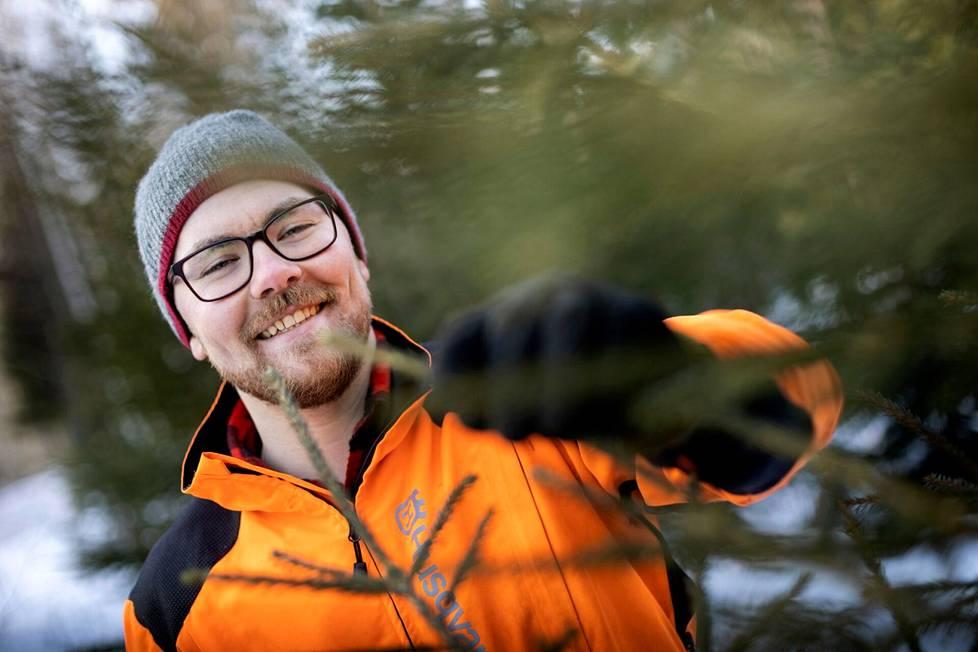 Tämä taimikko syntyi pohjoismaita koetelleen Tapani-myrskyn jäljiltä reilut kymmenen vuotta sitten. Päätehakkuun jälkeen maa muokattiin istutusta varten. – Olen tehnyt varhaisperkausta ja viime vuonna taimikon harvennusta. Nyt parhailla taimilla on tilaa järeytyä, Kalle Hanhijärvi kertoo.