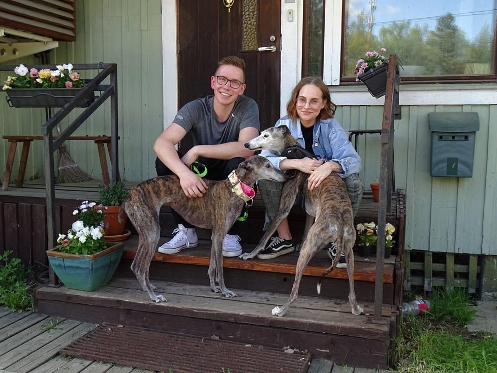 Daniel Schmidt ja Nita Ruuhinen koiriensa Martan ja Lulun kanssa uuden kotinsa portailla. He ostivat keväällä Sarpatintiellä sijaitsevan omakotitalon, joka osoittautui vanhaksi kyläkaupaksi.