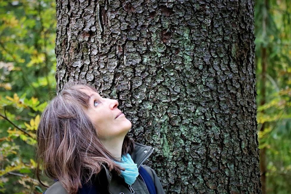 Luonnonperintösäätiön johtaja Anneli Jussila on kirjoittanut kirjan Pentti Linkolasta. Hän kävi Sahalahdella Linkolan muistolehdossa nauttimassa puiden hiljaisuudesta.