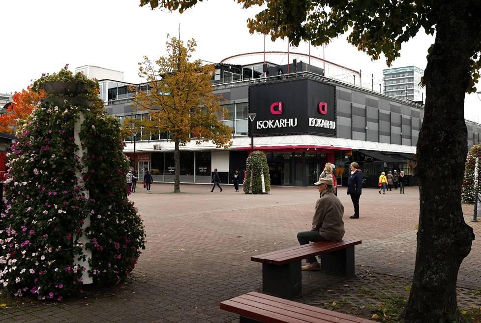 Kauppakeskus Iso Karhu avattiin Poriin vuonna 1991. Kauppakeskus on ollut jo vuosia vaikeuksissa liikkeiden lähtiessä yksi toisensa jälkeen. Loppuvuoden aikana kauppakeskuksen jättää vaateliike H&M. Omistajayhtiö Citycon aikoo kääntää nyt kurssin nousuun uusilla suunnitelmillaan.