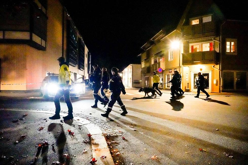 Poliisit tutkivat tapahtumapaikkoja keskiviikkoiltana Kongsbergissä.