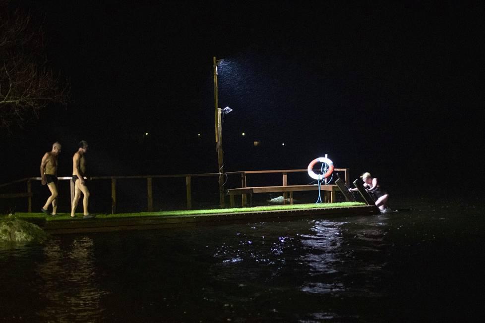 Talviuimarit uskaltautuivat Venesjärveen reippaasta tuulesta ja aallokosta huolimatta.