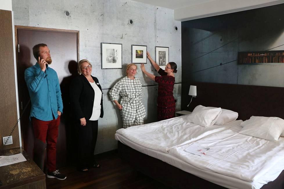 Taiteilijat Petri Haavisto, Mira Piitulainen ja Anna Kallio sekä hotellipäällikkö Riina Kuusijoensuu (toinen vasemmalta) viihtyvät huoneessa numero 538 eli Kankaanpään Salongissa. Työryhmän neljäs taiteilija Janina Haapanen ei ehättänyt Poriin.