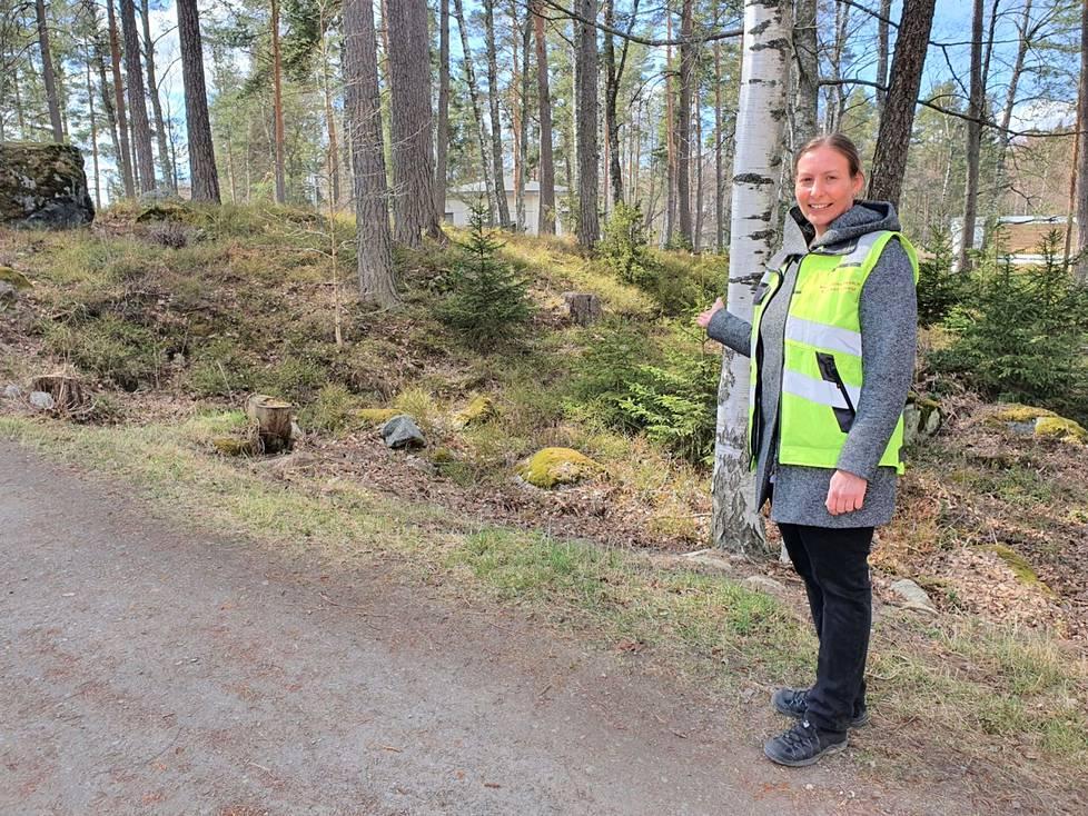Kaupungin maisemasuunnittelija Sanna Nieminen esitteli esteettömän polun suunnitelmaa Valkeakosken Kirjaslammella viime keväänä. Tässä vaiheessa ei tiedetty, että hyvin läheltä, kävelytien ja rannan välistä, löytyy syksyn tullen entuudestaan tuntematon kivikautinen asuinpaikka.